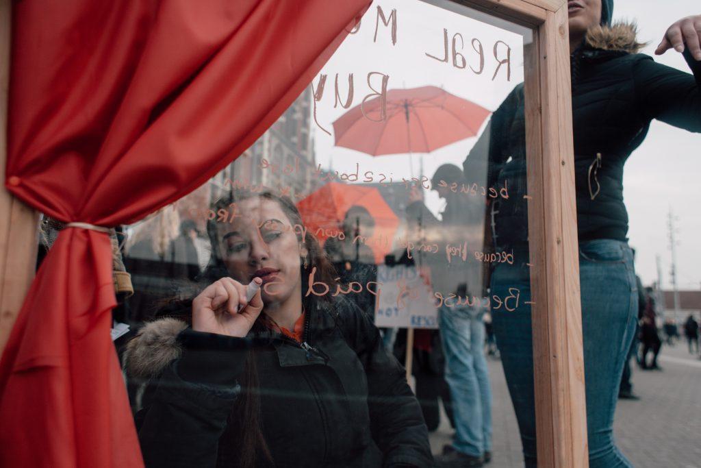 Actiedag Exxpose | Schrijf een statement over prostitutie op het raam
